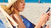 Turista revisando su smartphone