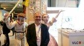 Antonio Bernabé, junto al ninot fallero que acompañaba al estand de Valencia