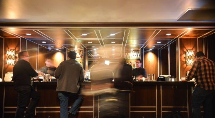 Personal en un bar de hotel