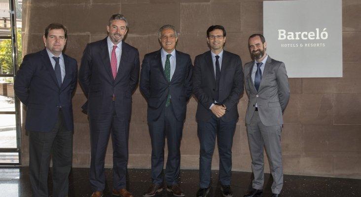 De izquierda a derecha: Guillermo Faraldo, director del Barceló Málaga; Gaspar Sáez, Director Regional de Andalucía; Raúl González, CEO de Barceló Hotel Group; Francisco Cuenca, alcalde de Granada y Fernando Turnes, director del Barceló Sancti Petri