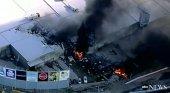 Cinco muertos tras estrellarse un avión chárter en un centro comercial