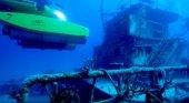 Submarino Tritón explorando un barco