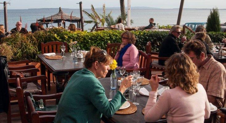 Turistas en una terraza de Ibiza