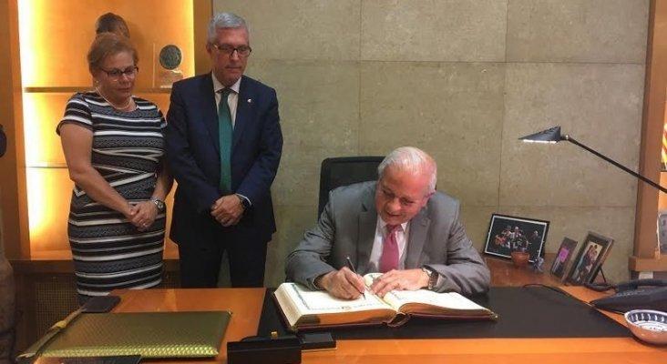 Alcalde de Miami firma en el libro de honor de Tarragona