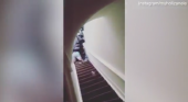 Un anfitrión de Airbnb tira a su inquilina por las escaleras