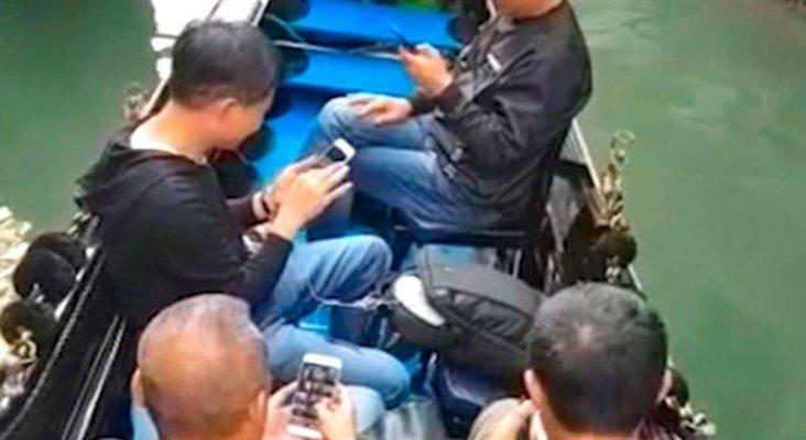 Indignación entre los venecianos por la adicción de los chinos al móvil
