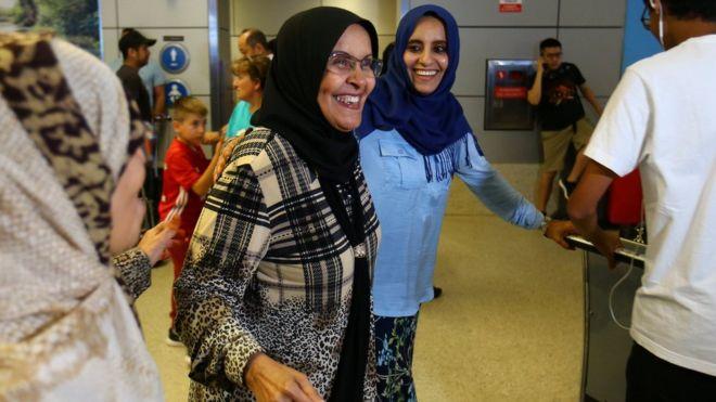Un mujer musulmana llega al aeropuerto de Los Ángeles