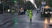 Operarios limpiando la Diagonal en Barcelona