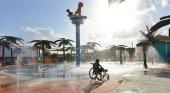 Niño discapacitado en el parque acuático de Texas