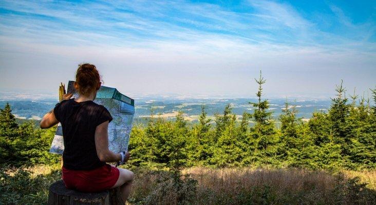 Turista consultando mapa