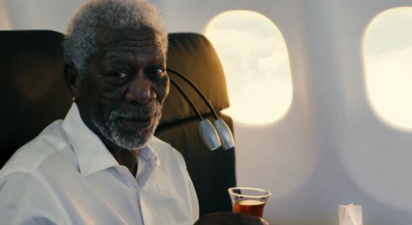 Morgan Freeman a bordo de un avión de Turkish. Foto de Marketing Interactive