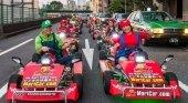 Turistas conduciendo los karts en Japón