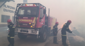 Bomberos en la extinción del incendio