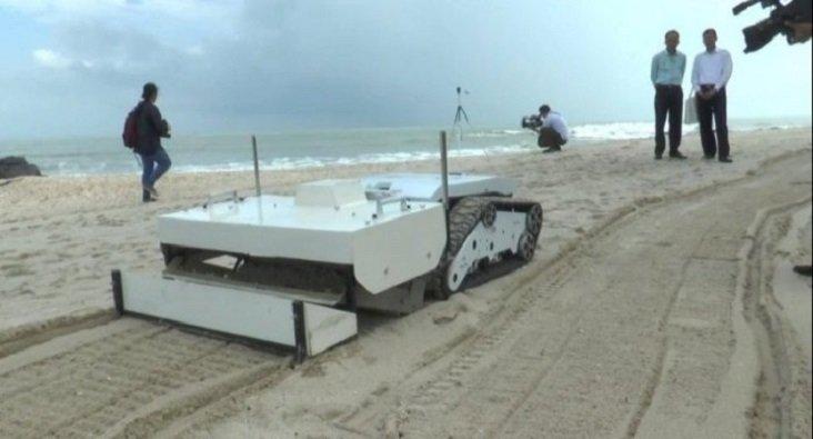 Robot limpia una playa de Tailandia
