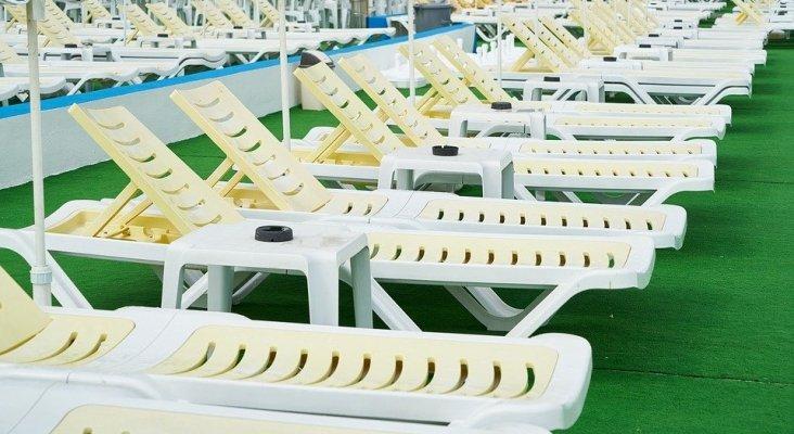 Hamacas en una piscina de hotel