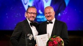 Arjan Kers, reconocido como 'Travel Personality of the Year', junto a Harm Kreulen, Director de KLM Nederland