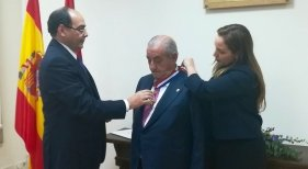 Juan José Hidalgo durante la condecoración en la Embajada del Paraguay