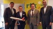 Representantes turcos flanquean a Thomas Bösl, portavoz de QTA, y Hüseyin Baraner, propietario de GermanyFans