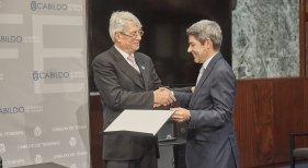 Alberto Bernabe recibe la distinción en el Cabildo de Tenerife