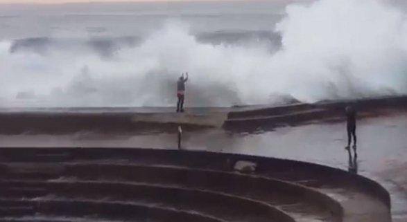 Los turistas cometen grandes imprudencias. Vídeo ofrecido por Antena 3