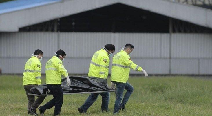 Traslado de los cuerpos de los dos polizones que viajaban en el tren de aterrizaje. Foto de El Comercio
