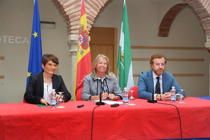 Susana Ibáñez, secretaria general para el Turismo de la Junta de Andalucía; la alcaldesa de Marbella, Ángeles Muñoz y el presidente del comité organizador del Congreso EHMA 2018, Manuel Otero