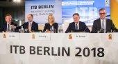 Emanuel Höger, portavoz de Messe Berlin; Christian Göke, CEO de Messe Berlin; Manuela Schwesig, ministra-presidenta de Mecklemburgo-Pomerania Occidental; Michael Frenzel, presidente BTW; y Norbert Fiebig, presidente (DRV) presenta la ITB