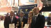 Alberto Bernabé, consejero de Turismo del Cabildo de Tenerife (centro) y Vicente Dorta, consejero delegado de Turismo de Tenerife (derecha) reciben el Premio Golden en la ITB
