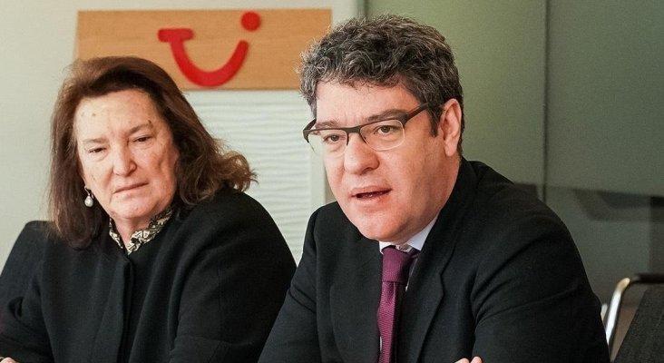Mª Victoria Morera y Álvaro Nadal durante el encuentro en el 'Politik Lounge' de TUI Group