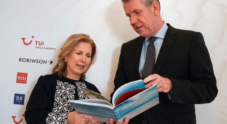 Selma Elloumi Rekik, ministra de Turismo de Túnez junto a Fritz Joussen