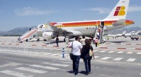 Pasajeros embarcando en un avión de Iberia