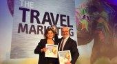 María Méndez, directora de Promotur Turismo de Canarias y el representante de la agencia DEC BBDO