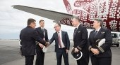 Alan Joice, CEO de Quantas saluda a la tripulación