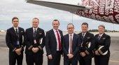 El CEO de Qantas Group Alan Joyce junto con la tripulación QF9: capitana Lisa Norman, capitán Jeff Foote, primer oficial Dave Summergreene y segundo oficial Troy Lane. (Qantas)