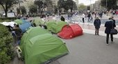 Estupor entre los turistas ante los acampados en la plaza de Catalunya