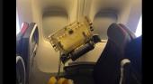 Panel de Boeing 777 cae sobre un bebé