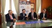 De izquierda a derecha, Efraín Medina, consejero insular de Turismo; Carlos Alonso, presidente del Cabildo; Eduardo Bezares, secretario general de CEOE; Alberto Bernabé, vicepresidente y consejero insular de Turismo