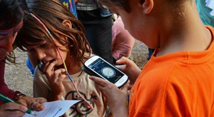 Niños buscadores de tesoros con el método de geocaching. Foto de Familias en Ruta