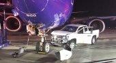 Una camioneta colisiona con un avión de Southwest. Foto: Sean Michael