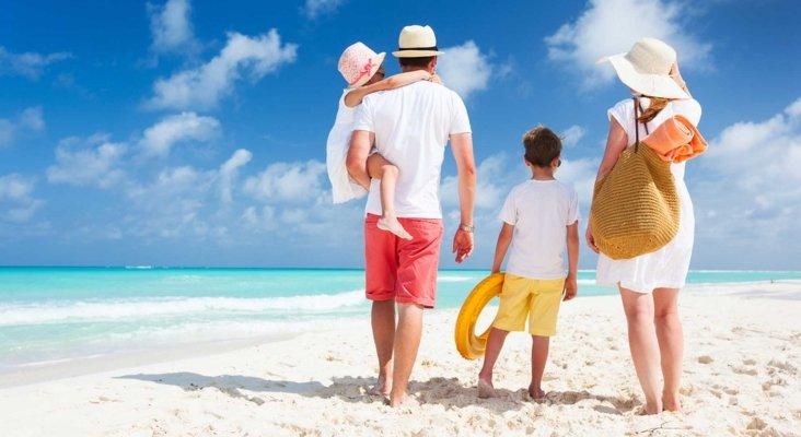 Familia de vacaciones en un destino de playa. Foto de Noticias a tu alcance
