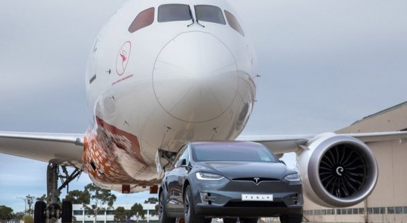 Vehículo de Musk remolca un Boeing en Australia. Foto de En El Aire