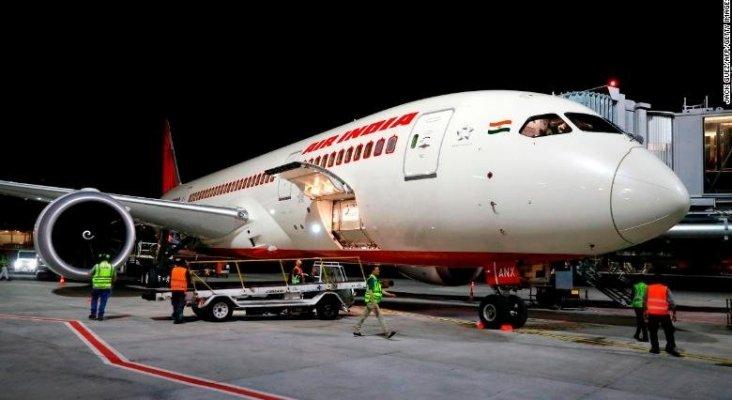 Azafata de Air India herida de gravedad tras caer de un avión