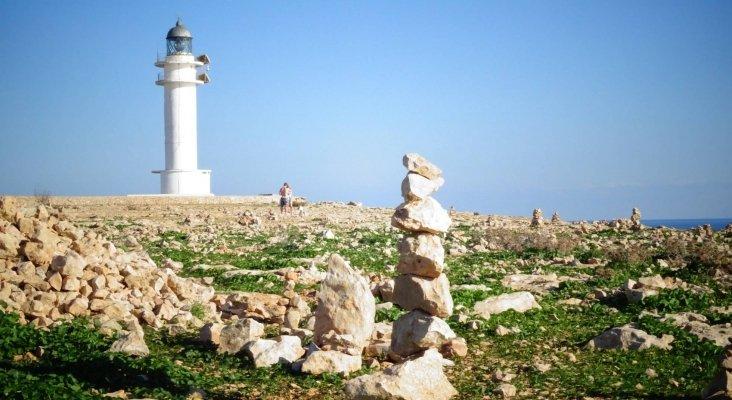 Torres de piedras: la moda que implica riesgos medioambientales. Foto: Faro de es Cap, Formentera|Diario de Ibiza