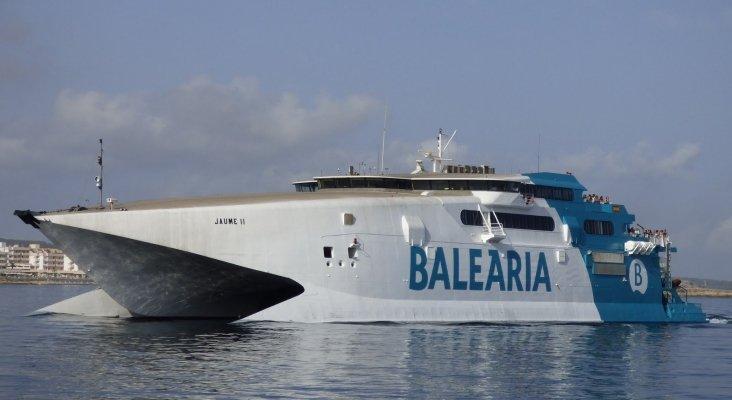 Investigan las causas del catamarán encallado en Ibiza