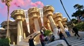 Activistas contra la masificación se encadenan al dragón de Gaudí