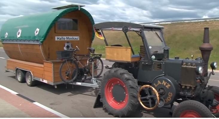 Un aficionado alemán viaja al Mundial de Rusia en tractor|Fotograma: World News