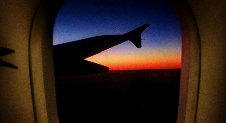 Mujer intenta abrir puerta de avión en pleno vuelo