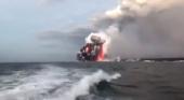 Bomba de lava cae sobre un barco turístico ocasionando 23 heridos en Hawái|Fotograma del momento del impacto