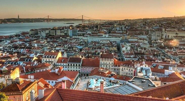 Portugal pone límites a los pisos turísticos Foto: Alexander De Leon Battista cc-by-sa-2.0.