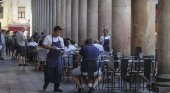 Barcelona permite 36 mesas y 6 sillas por local en la Boquería|Foto: Joan Sánchez vía El País